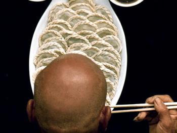 1.冬至吃饺子不冻耳。1997年冬,陕西省蓝田县。冬至是数九的第一天,即日起天气越来越冷。这天老陕家家都在吃饺子。相传此日食饺不冻耳。因饺子很像人的耳朵,吃后会把人的耳朵包起来,不受寒冷的侵袭。