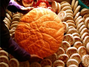 """2.娃到半月扣锅盔。2000年秋,陕西省凤翔县。在孩子出生15天时,由外婆家送来一大锅盔和120个小饽饽,直系亲属每家送120个饽饽。大户人家会收到成千上万个饽饽铺成床的样子,让孩子躺在上面,由奶奶把大锅盔扣在孩子身上,即为穿""""食衣""""。祝福小孩子一生衣食无忧。仪式结束后,婆家会把接到的饽饽给左邻右舍和亲朋好友每家送一些。收到饽饽的人家就意味着收到请柬。知道再过半月孩子就满月了,届时前来祝贺。"""