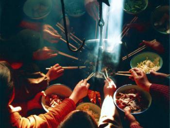 5.正月初五填穷坑。2000年,陕西省镇巴县。旧时,正月初五这天,穷人们围坐在火塘旁吃顿团圆饭,年就算过完了。各人干各人的事。在陕南,穷人们逢正月初五便聚在一起,用各种禽、兽的肉置于火上烧烤,或装入火塘上方的吊罐里,将吊罐填满,意为填穷坑,希望新的一年里能过上富裕的日子。