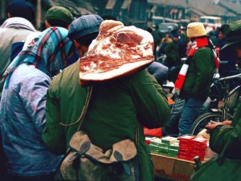 """6.逢年过节背猪腿。1985年冬,陕西省洛南县。改革开放以前,中国广大农村一直在为吃而奋斗,老陕也不例外,一年到头能吃上一回肉非常不易。改革开放以后,生活渐渐富裕起来。每逢年节,肉是餐桌上不能少的食物,当地人说:""""逢年过节背猪腿,今个回家吃个美。"""""""