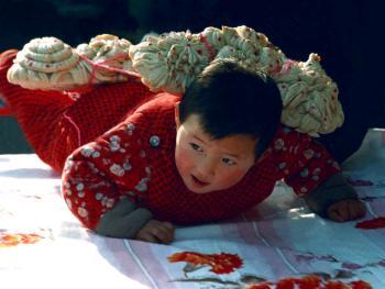 """7.周岁娃把跟头拽。1986年冬,陕西省洛南县。孩子过岁这天,奶奶用面粉做成牛耕地所拽的犁架形状(俗称""""跟头"""")。用红绳拉住,让娃娃前爬。取意是孩子从此会走路了。要像黄牛一样为社会和家庭默默地耕耘,任劳任怨,奉献自己的一生。"""