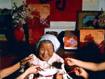 8.长命百岁吃长面。1999年6月,陕西省柞水县。老陕对过生日是非常讲究的,一般是老人和孩子才过。老人过寿时,儿孙辈必定会到齐。乡党邻里、亲朋好友都前来祝贺、吃席,红火热闹几天。宴席上的长寿面长一米以上,宽三毫米左右,制作工艺讲究,层细筋劲,用筷子挟不会断。吃时由子孙辈从自己碗中象征性的取一绺面放入老寿星的碗里,祝老人健康长寿。