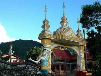 老挝的建筑03万荣的乡村寺院