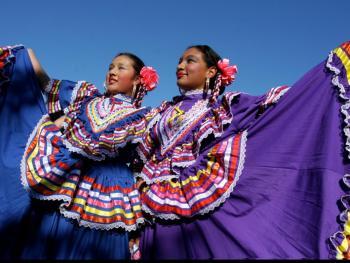 年轻的墨西哥民俗舞者10