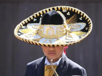 年轻的墨西哥民俗舞者02