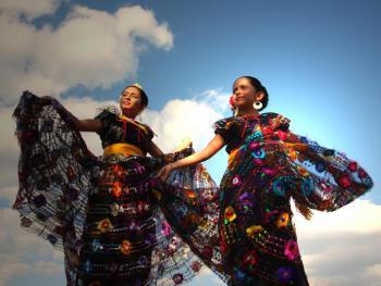 年轻的墨西哥民俗舞者03