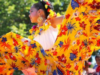 年轻的墨西哥民俗舞者05
