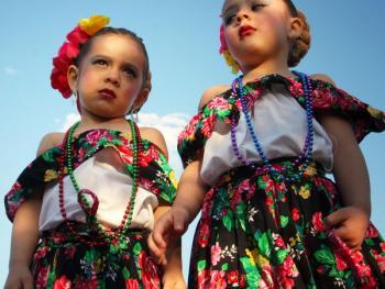 年轻的墨西哥民俗舞者06
