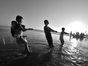 劳作中的缅甸妇女12