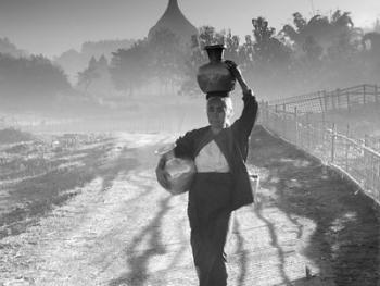 劳作中的缅甸妇女09