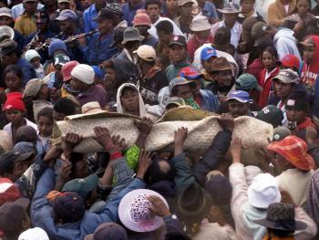 马达加斯加捡骨葬