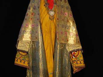 乌兹别克斯坦妇女的传统服饰04