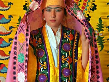乌兹别克斯坦妇女的传统服饰05