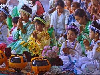 缅甸男孩出家仪式上的服饰10