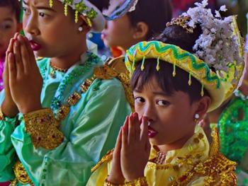 缅甸男孩出家仪式上的服饰11