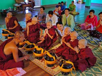 缅甸男孩出家仪式上的服饰01
