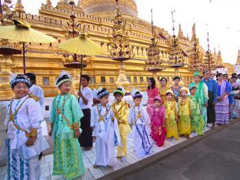 缅甸男孩出家仪式上的服饰13