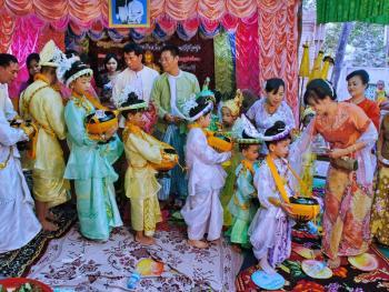 缅甸男孩出家仪式上的服饰02
