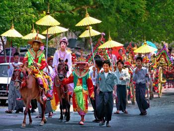 缅甸男孩出家仪式上的服饰03