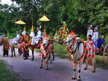 缅甸男孩出家仪式上的服饰04