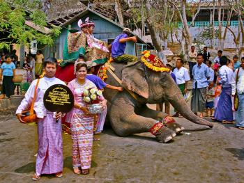 缅甸男孩出家仪式上的服饰05