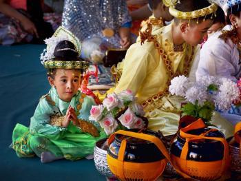 缅甸男孩出家仪式上的服饰06