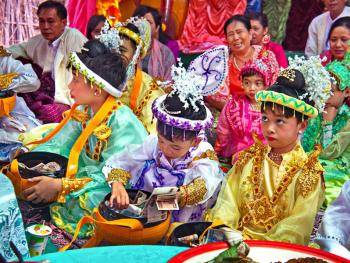 缅甸男孩出家仪式上的服饰08