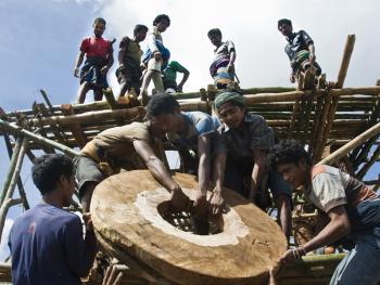 松巴岛传统房屋的建造03