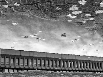 立陶宛建筑的雨中倒影4