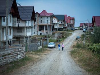 罗马尼亚传统村庄中的混凝土建筑