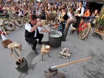 塞尔维亚小镇上的美食节