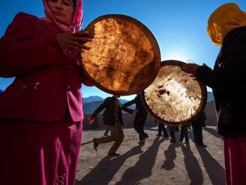 敲鼓的塔吉克女人12