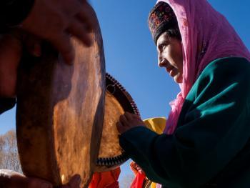敲鼓的塔吉克女人13