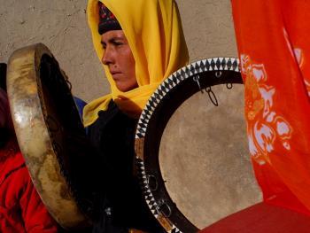 敲鼓的塔吉克女人