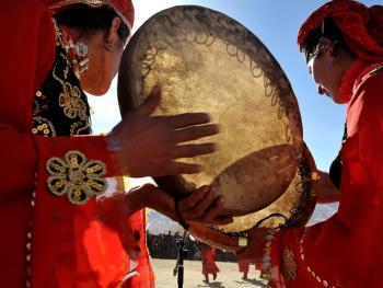 敲鼓的塔吉克女人09