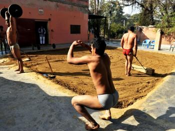印度北部的传统摔跤学校05