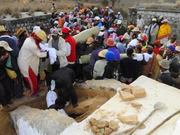 马达加斯加捡骨葬14
