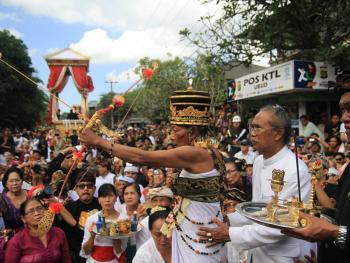 巴厘岛的火葬仪式03