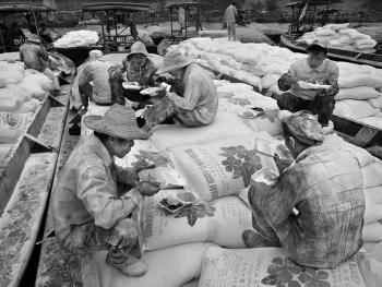 中越界河上的装卸工12