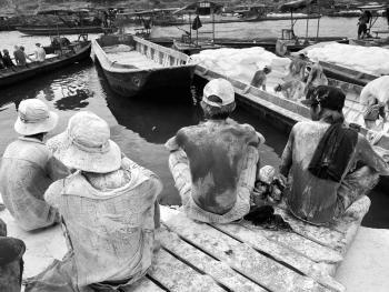 中越界河上的装卸工14