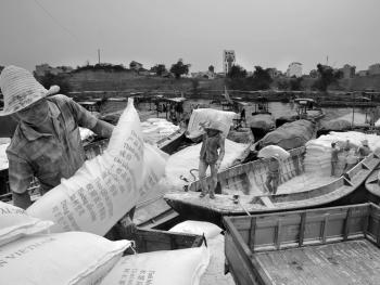 中越界河上的装卸工09