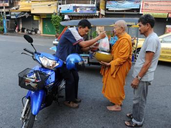 泰国僧侣清晨化缘10