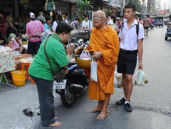 泰国僧侣清晨化缘11
