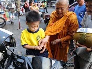 泰国僧侣清晨化缘12