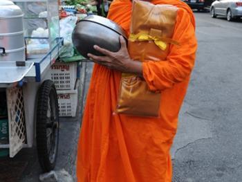 泰国僧侣清晨化缘13