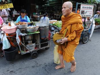 泰国僧侣清晨化缘
