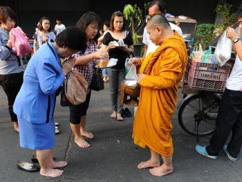 泰国僧侣清晨化缘04