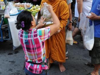 泰国僧侣清晨化缘06