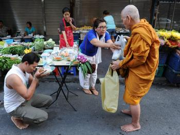 泰国僧侣清晨化缘08