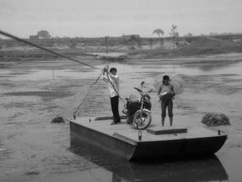河里圈拉纤渡船